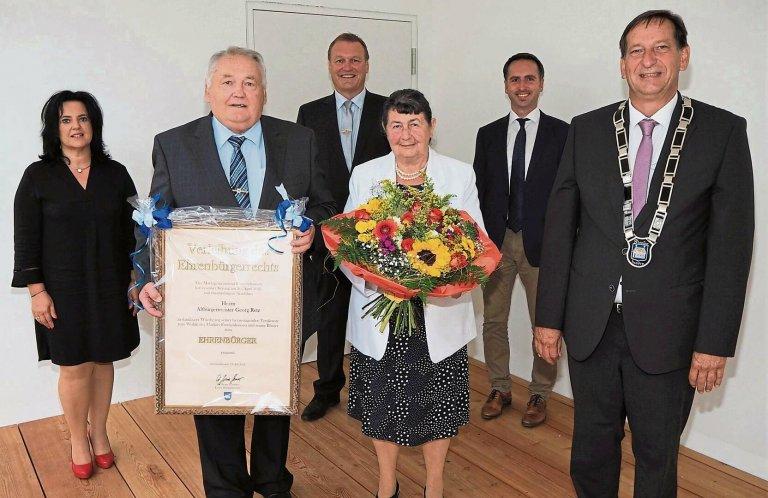 Grossansicht in neuem Fenster: Bild Verleihung Ehrenbürgerrecht an Georg Retz mit Bürgermeistern und GL