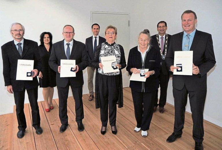 Bürgermedaille in Silber an Karl Vilsmeier, Michael Schleich, Helga Mayer, Helga Stuckenberger und Franz Wimmer.